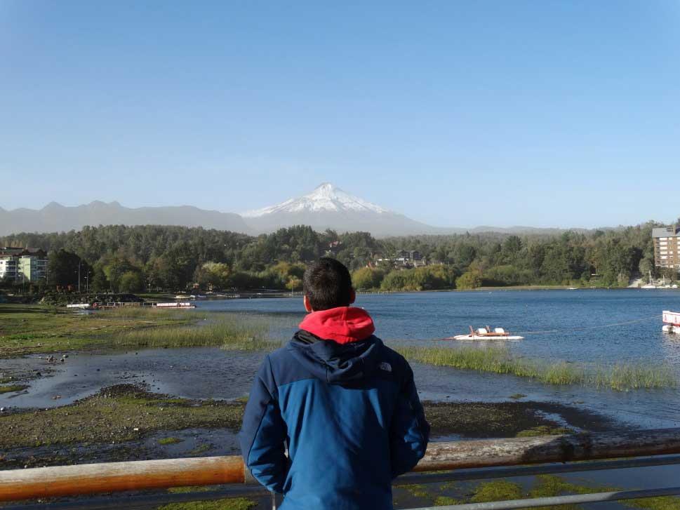 Jolsito CONTEMPLANDO el Volcan Villa Rica en Pucón