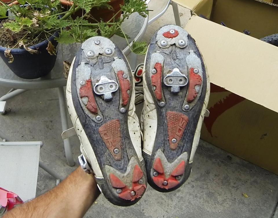 Después de 130km de empujar la bicicleta destrocé un par de SIDIs nuevos de sueal de carbón.