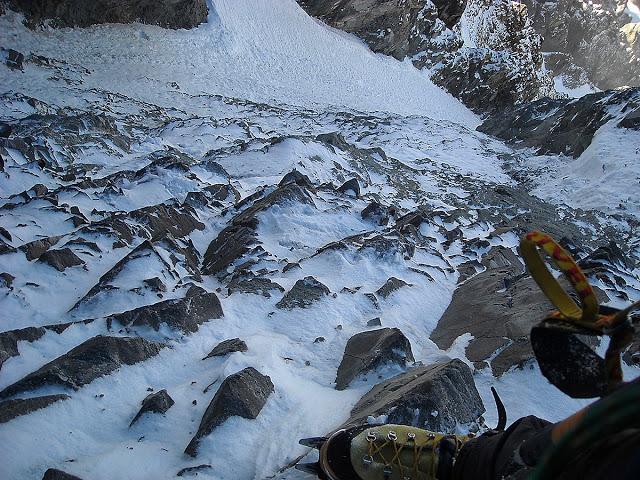 A unos pocos cientos de metros de la cumbre de la sur del Altar en un intento en solitario de dos días Stgo-cerro-Stgo. La mala calidad de la roca me mandó de vuelta.