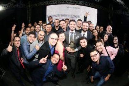 Comemoração no Prêmio Jovem Empreendedor do Ano. Segurando um dos prêmios da TecnoSpeed, Erike Almeida - CEO da TecnoSpeed.