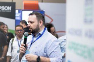 Rodrigo Ramalho apresentando proposta de produto no Lounge do HUB