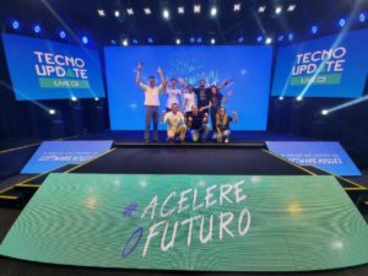 Equipe da Tecnospeed em cima do palco do TecnoUpdate, são 8 pessoas.