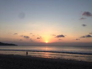 インドネシアはバリ島南部のビーチです。この夕陽を見てると、ずっとバリに滞在したくなりました。