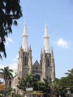 カトリック教会の大聖堂。 1901年にネオゴシック様式で建造。高さ60メートルの三つの鐘楼が象徴的です(写真では2つしか判りませんが。。。)。