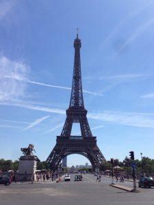 フランス革命100周年を記念して1889年にパリで行われた第4回万国博覧会のために建造。万博に間に合わせるため、2年2か月という驚異的突貫工事で建設。総工費は650億フラン。