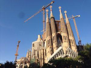 世界遺産。 1882年から建設が始まり、まだ建設中。いつになったら完成するのでしょう? カタロニアの建築家アントニ・ガウディの未完作品。バルセロナ市のシンボルであるこの建物は、綿密に構成された象徴詩的なシンボロジーと共に放物線状の構造のアーチや、鐘楼に据えられた自然主義と抽象主義の混在する彫刻など、大胆な建築様式が採用されています。2004年、サグラダ・ファミリアはアルハンブラ宮殿やマドリッドのプラド美術館を抜いてスペインで最も観光客を集めたモニュメントとなりました。 Wikipedia引用。
