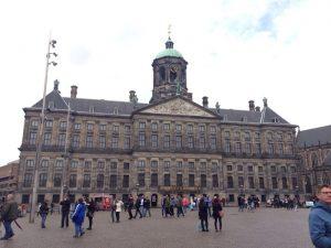 現在、オランダ王家が使用する3つの王宮のオランダ王家が使用する3つの王宮の一つ。 350年間アムステルダムの市庁舎として使われてきましたが、1808年にナポレオンの弟であるボナパルトが王宮として使い始めて、現在に至ります。建物の内部は当時のままで、オランダの黄金時代を象徴する豪華な市庁舎として国内外で有名な建物でした。