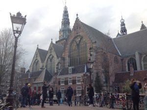 アムステルダム最古の教会、旧教会。 レンブラントの数々の絵のモデルとなった妻サスキアやオルガン奏者であり作曲家であるヤン・ピーテルスゾーン・スウェーリンク等、オランダの古の著名人が埋葬されています。スウェーリンクの曲は教会のカリヨンでも演奏されるそうです。
