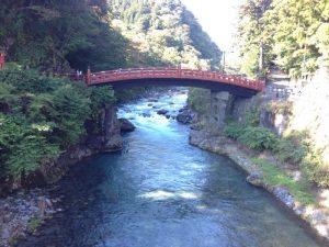 昔は「山菅の蛇橋」と呼ばれた日光二荒山神社の建造物です。平成11年12月世界遺産に登録されました。 橋の長さは28メートル、巾7.4メートル、高さ10.6メートルあり、高欄には親柱10本を建て、それぞれに擬宝珠が飾られと橋板の裏は黒漆塗で、その他は朱に塗られています。