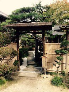 中尊寺近くの茶室の入口を撮影。 侘び寂びが感じられます。