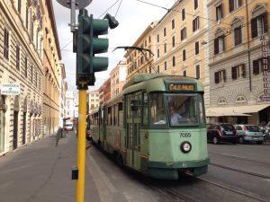 レトロな、いい感じの路面電車が走っていたので撮影。 ローマの交通は、地下鉄とバスが主流で、路面電車はあまり走ってません。結果的に貴重な一枚となりました。