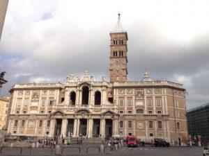 正式名はサンタ マリア マッジョーレ大聖堂。 「偉大なる聖母マリアにささげられた聖堂」の意で、教皇が建築させたローマの四大バシリカ(古代ローマ様式の聖堂)の一つ。 ローマ教皇宮殿として使われていた事もある聖堂です。