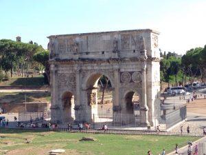 世界遺産。 副帝であったコンスタンティヌスが、ミルウィウス橋の戦いで正帝マクセンティウスに勝利し、西ローマの唯一の皇帝となった事を記念し建てられたそうです。