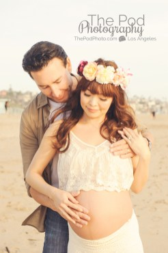 couple-looking-at-pregnancy-belly-at-beach-los-angeles