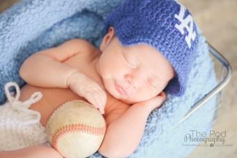 newborn-holding-a-baseball-la-dodgers