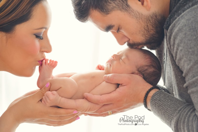 parents-kissing-newborn-creative-baby-pictures-los-angeles