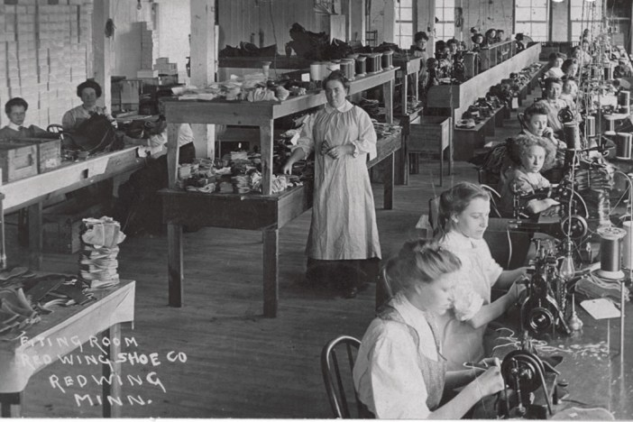 Fitting room with Mrs Jack Harris, Louise Falke, Anna Blaud, Mary Ogren, 1908