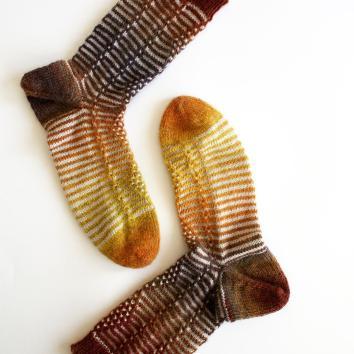 #newpattern alert: #quatredecarreau was released this morning as part of a kit available in @christine_triscote website !!! #♦️♦️♦️♦️ #sockstagram #sockknitting #igknitters #knittingsocks #knittersofinstagram #itshere