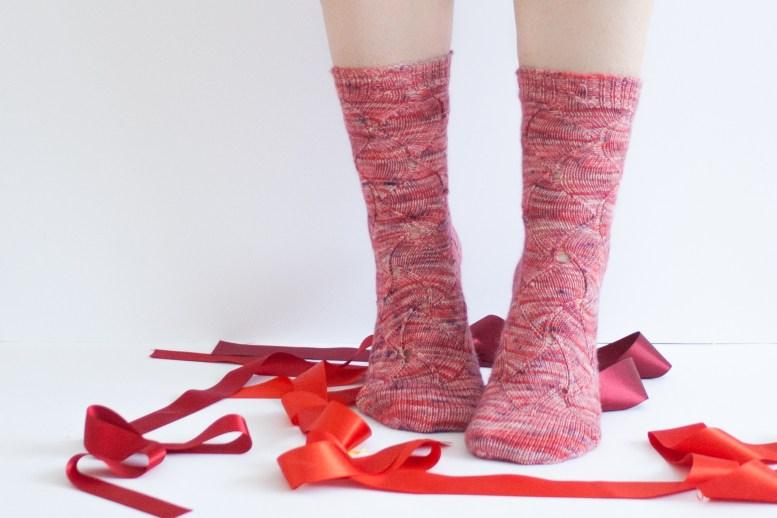 Swirling Ribbons, patron de chaussettes par Tisserin Coquet