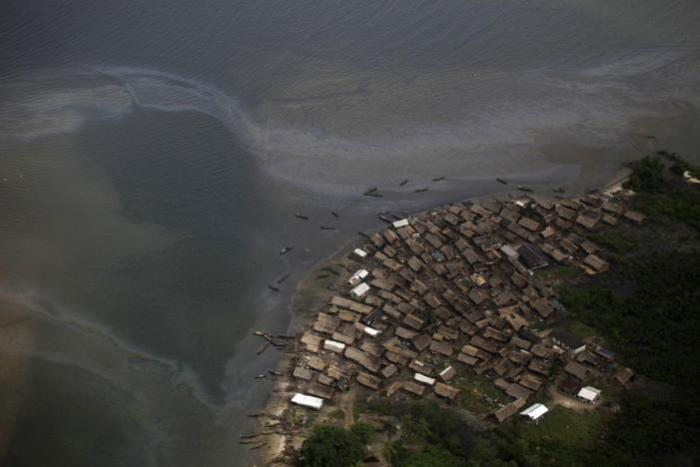An oil-producing village near the Nembe trunk carriage line is seen during an aerial tour by the Royal Dutch Shell company, near Nigeria's oil hub city of Port Harcourt in this March 22, 2013 file photo. REUTERS/Akintunde Akinleye/Files