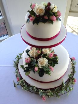 Cake Decoration with Roses and Ivory (2)