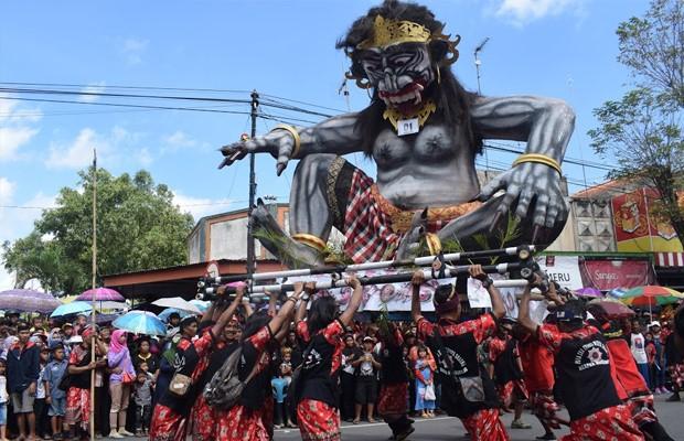 Patung ogoh-ogoh yang berwajah serba mengerikan iaitu lambang puaka dan kejahatan yang diarakkan di seluruh kampung dan kemudiannya dibakar.