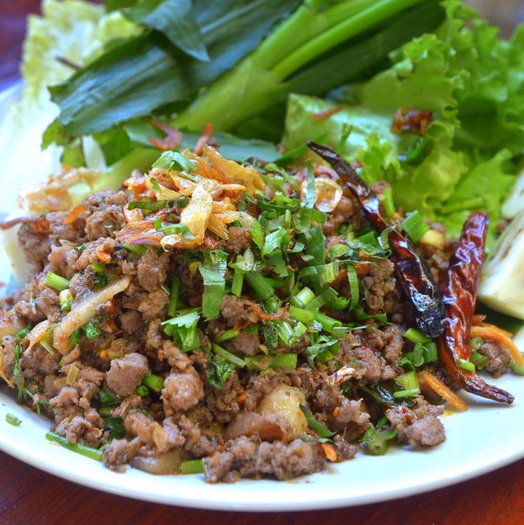 Lap Khmer recipe brings together a large number of traditional products and represents a perfect introduction to the flavors of Cambodian cuisine.