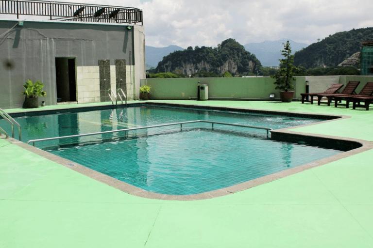 Kolam renang yang terdapat di Tower Regency Hotel & Apartments