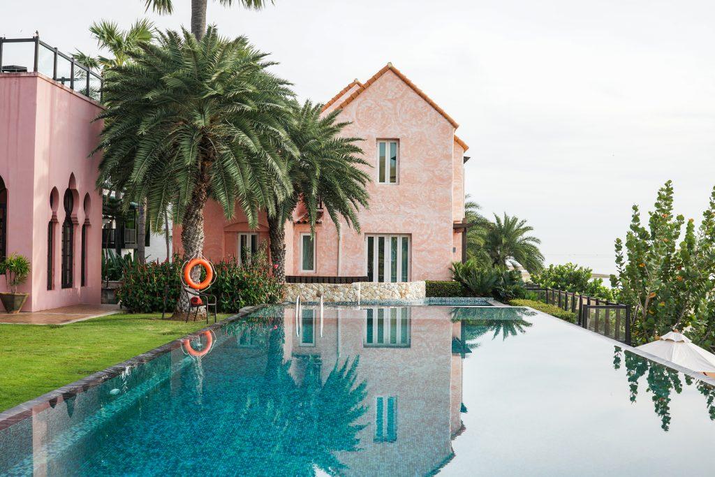 Kolam renang yang terdapat di Villa Maroc