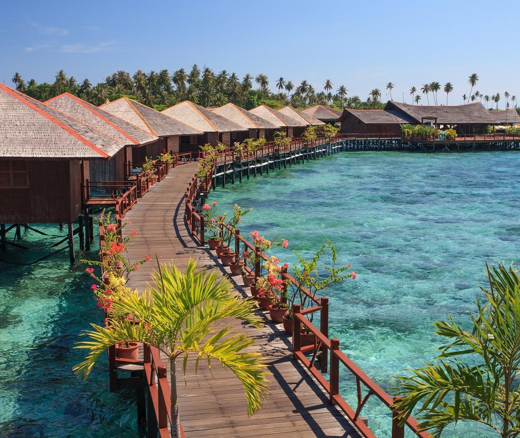 Resort ini disambungkan dengan Pulau Mabul dengan jambatan kayu yang panjang.