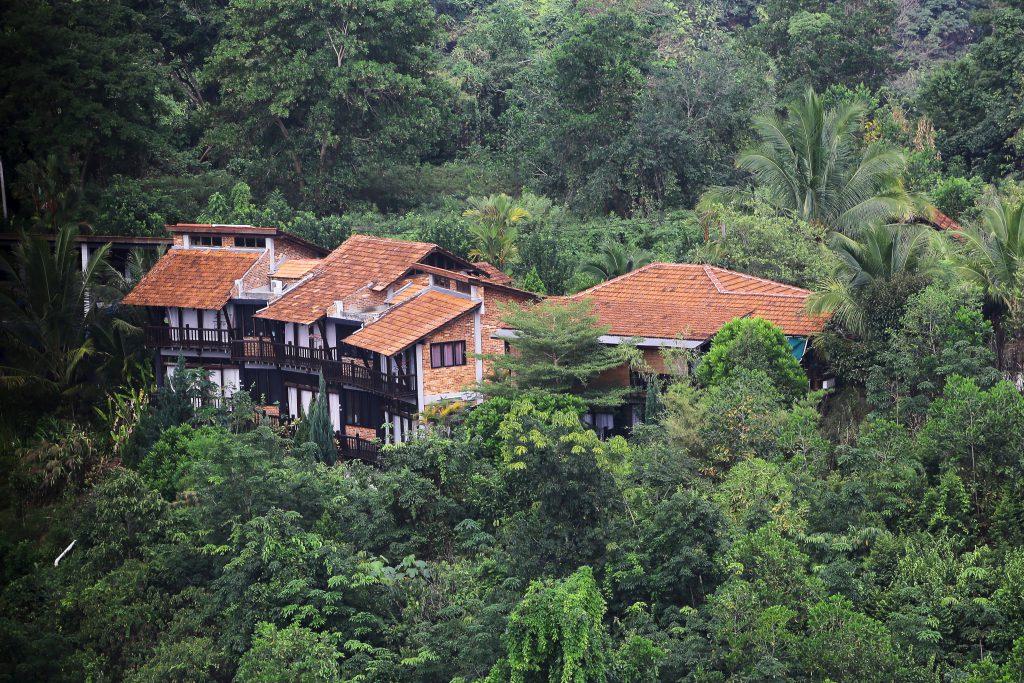 Sora House terletak atas bukit dengan pemandangan indah