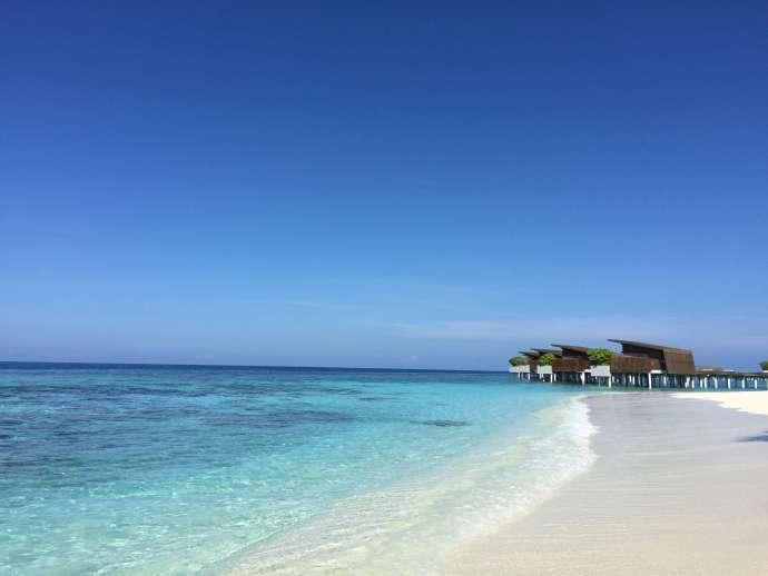 幾步路就到了villa後方的沙灘,每個villa都備有沙灘椅及陽傘