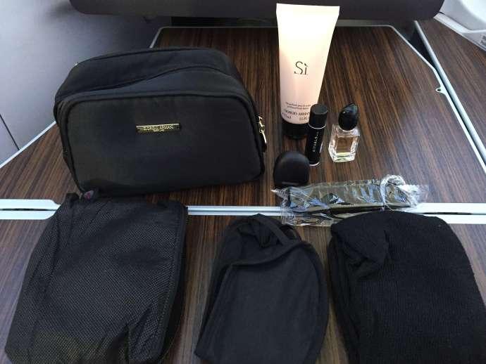 這是女生版,有乳液,小香水,護唇膏,梳子,襪子,眼罩,包包質感不錯