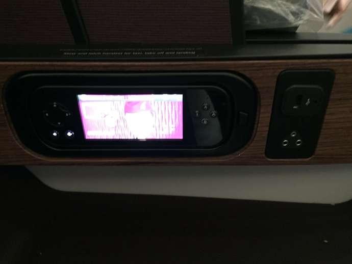 內側有小型觸控面板及插座