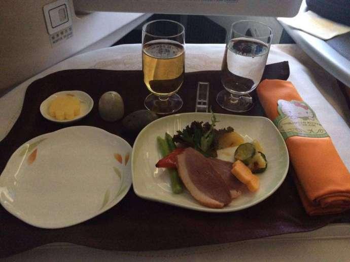 前菜:煙燻鴨肉及水果鮮蔬沙拉,鴨胸偏硬、不過還算好吃
