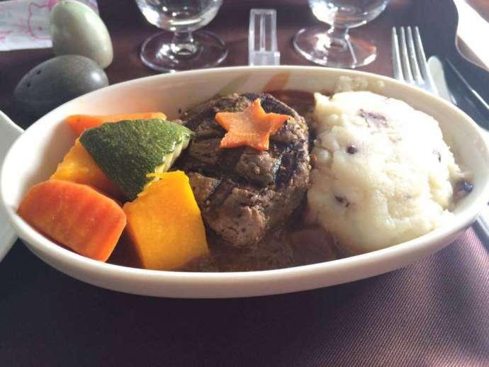 主菜:事先預點的菲力牛排,看起來有點老但吃起來還蠻軟嫩的,旁邊的馬鈴薯泥也很好吃(第一次在飛機上吃到牛排好感動…)