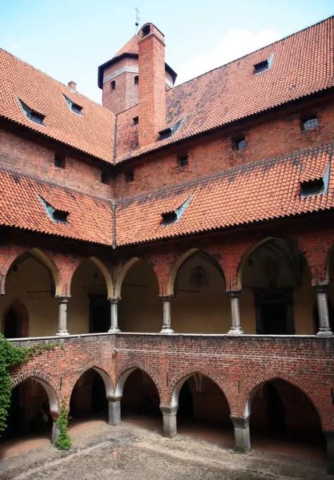 Lidzbark Warmiński - zamek - krużganki wokół dziedzińca