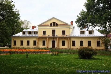 dwór Potockich z 1 połowy XIX wieku – obecnie Siedziba Nadleśnictwa Rymanów (2012)