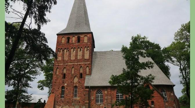 Iwięcino – Wioska Końca Świata  i piękny kościół z XIV wieku