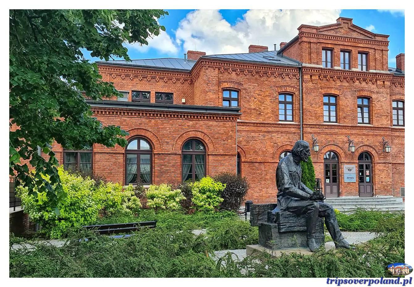 Żyrardów - Philippe de Girard – pomnik przed budynkiem Resursy