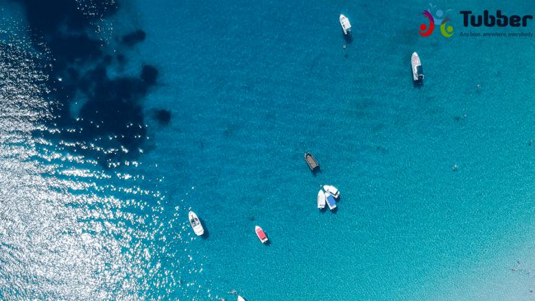 Drone foto van water bij het strand van Amouliani