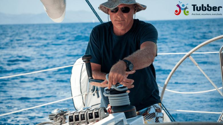 Schipper aan het zeilen op de zee