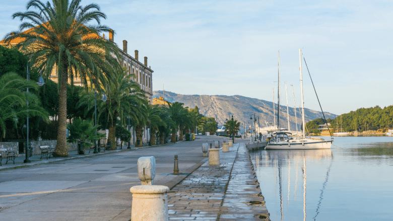 De haven van Stari Grad