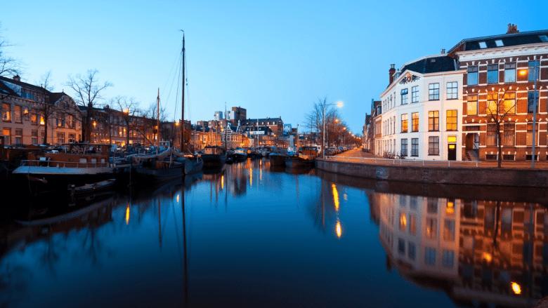 Gracht in Groningen bij avondlicht