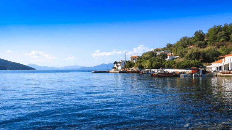 Vissershaventje op Trikeri met uitzicht over zee