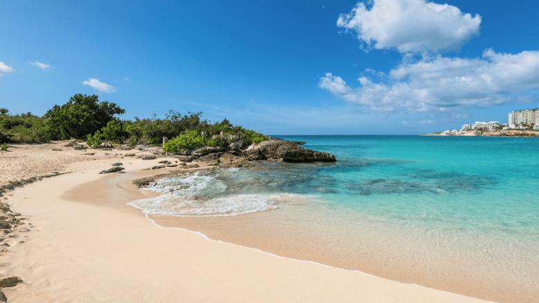 Wit zandstrand op Sint Maarten