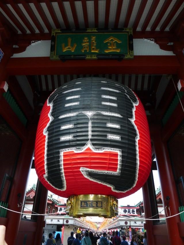 雷门,据说是浅草寺的象征,所有人都在这里排队。有啥特别么。。。