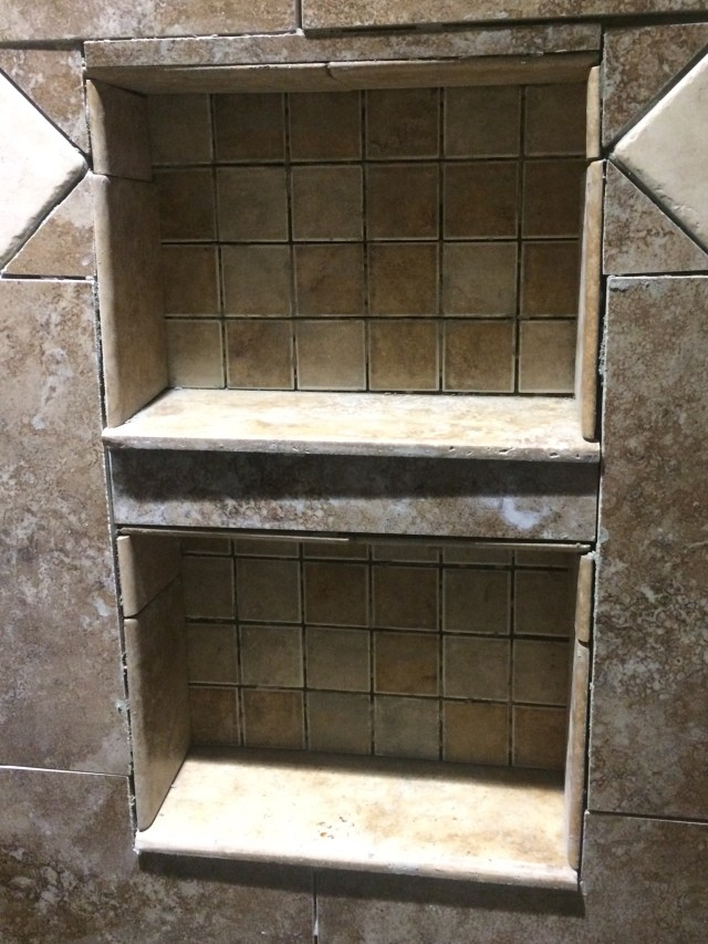 Shower niche with short shelves