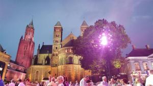 הטירה ליד הכיכר