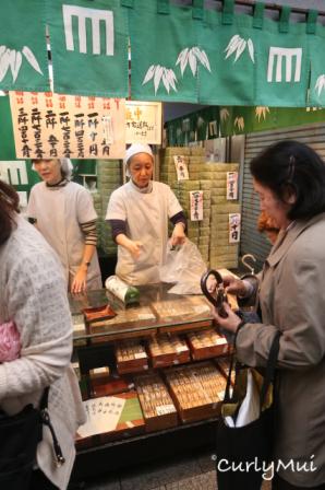 再旁邊是一間甜品店,很多日本人一盒一盒的買,沒理由不試吧。